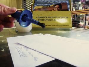 Ich wollte einen Brief verschicken und habe mir hier Briefumschläge organisiert. Ich musste feststellen, das man die weder anlecken kann, noch einen Streifen abziehen muss, damit sie kleben. Sie kleben einfach gar nicht. Gott sei dank weiß die Post das und sorgt vor!