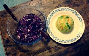 Gemüsecouscous mit Rotkohlsalat.