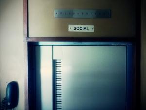"""Mir wurde von einer Lehrerin erzählt, dass bei ihr im Haus der """"allgemeine Fahrstuhl"""" erst vor ca. 2 Jahren auch für die Hausangestellten freigegeben wurde."""