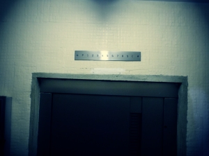 """Auch in meinem Haus habe ich Überreste von den """"Angestellten Fahrstühlen"""" gefunden. Hier ist das Schild abmontiert und danach übermalt worden!"""