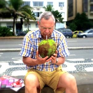 Wie schmeckt denn das? Das ist das Kokoswasser, direkt aus der Kokosnuss serviert.