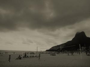 """""""Dois Irmãos"""" - Die zwei Brüder, die Berge im Hintergrund."""