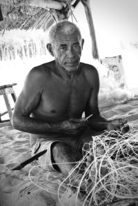 Fischer beim reparieren der Netze