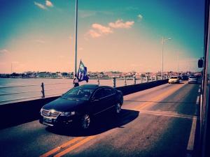 Wahlkampf. An jeder Laterne auf der Brücke steht so ein Fahnenwerbeträger